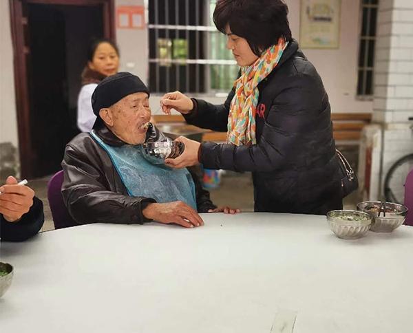 给老人喂饭