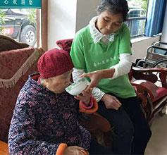 志愿者看望老人