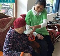 蓬安志愿者看望老人